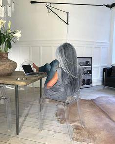 ¿Su rincón favorito? Cabello Underlights, Underlights Hair, Dress Hairstyles, Pretty Hairstyles, Hairstyle Ideas, Scene Hairstyles, Short Hairstyle, Grey Hair Model, Long Gray Hair
