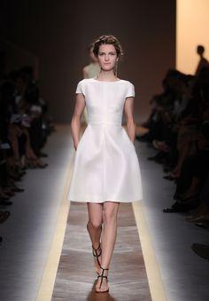 Me gusta este vestido porque aparentemente tiene líneas sencillas pero tiene su complicación.. ¿Mirad las mangas!
