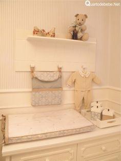 trocador de bebê com estampa azul floral e detalhes em bege.