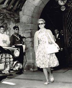 La princesse Grace Kelly (1929-1982) sortant de l'Hôtel de la Cité  le 8 juillet 1961. Collection: Philippe Mariou