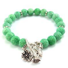 Zielona bransoletka z kamieniami korala zielonego z kwiatem.