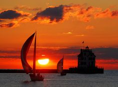 Lorain lighthouse at sunset, 27 Photos That Prove Ohio Is Actually The Most Gorgeous State