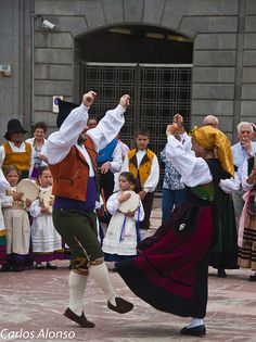 Dance in Portugal ~ Photo by Carlos Alonso Visit Portugal, Spain And Portugal, Portugal Travel, History Of Portugal, Best Places To Vacation, Asturias Spain, International Festival, Folk Dance, Beautiful Costumes