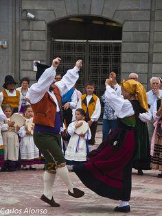 Miembros de un grupo folclórico Asturiano