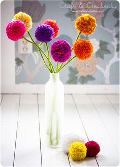 """""""ポンポンフラワー"""" 針金にグリーンの毛糸を巻き付けた茎をポンポンにつけるだけでできるお花です。枯れることないポンポンフラワーで1年中お部屋を彩ることができます。"""