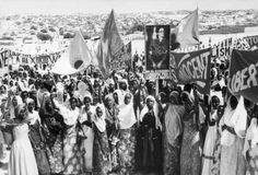 1972 Mogadishu, Somalia Women in the streets protesting the imprisonment of Angela Davis. Women In History, Black History, History Department, Chimamanda Ngozi Adichie, Angela Davis, Black Panther Party, Civil Rights Movement, Somali, Black Power