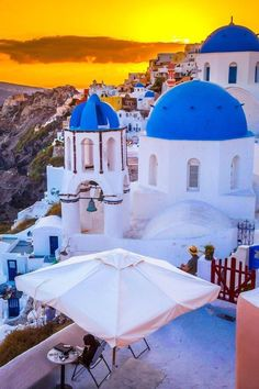 Santorini, Greece. | Blog by the Planet D | #Travel #TravelPhotography #Wanderlust #TravelInspiration #Santorini #Greece Santorini Sunset, Santorini Greece, Santorini Holidays, Photography Guide, Travel Photography, Permanent Vacation, Belleza Natural, Beautiful Places To Visit, Greece