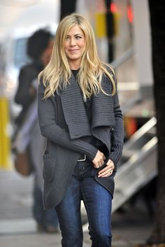 """Jennifer Aniston leaves her trailer on the set of the upcoming comedy film """"Wanderlust"""". The actress let her hair down and at one point waved to photographers, exposing part of her stomach. Jennifer Aniston Style, Jennifer Aniston Photos, Jennifer Aniston Wanderlust, Jeniffer Aniston, Cowgirl Style Outfits, Color Rubio, Looks Jeans, Corte Y Color, Winter Tops"""