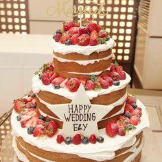おふたりのウェディングケーキは、ご新婦さまの希望でネイキッドケーキに♡プレートの文字の書体のみご指定されたとのこと。