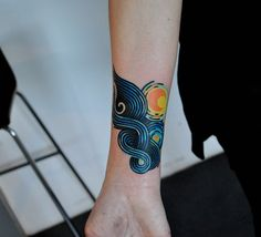 What does starry night tattoo mean? We have starry night tattoo ideas, designs, symbolism and we explain the meaning behind the tattoo. Van Gogh Tattoo, Bild Tattoos, Body Art Tattoos, Sleeve Tattoos, Circle Tattoos, Pretty Tattoos, Beautiful Tattoos, Cool Tattoos, Piercing Tattoo