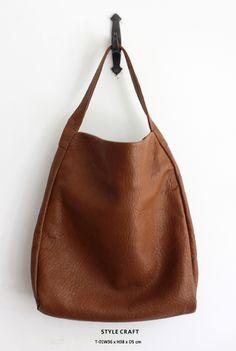 サイドからつながったワンハンドルのトートバッグは大人っぽい雰囲気のアイテムです。柔らかな羊革のシボ感がしっとりとした雰囲気を漂わせています。