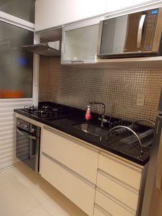 Amando, Casando e Decorando: {Decorando} Cozinhas pequenas Mini Kitchen, Kitchen Sets, Kitchen Tiles, Small Apartment Design, Small Apartments, Custom Kitchens, Home Kitchens, Kitchen Color Themes, Kitchen Interior