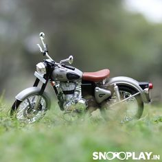Blur Background Photography, Studio Background Images, Black Background Images, Royal Enfield Hd Wallpapers, Royal Enfield Classic 350cc, Boys Girl Friend, Bullet Bike Royal Enfield, Royal Enfield Accessories, Office Table