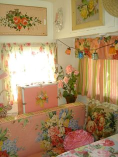 A shabby chic camper interior! Enchanted interior of Corrabelle Rose's pink travel trailer! Hippie Vintage, Vintage Rv, Vintage Caravans, Vintage Travel Trailers, Shabby Vintage, Vintage Pink, Vintage Beauty, Vintage Flowers, Vintage Decor