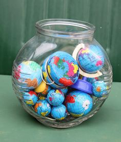 collection of tiny metal globes--yo-yos, pencil sharpeners, jewelry. This is a great idea for anything small, colorful and fun. Globe Art, Map Globe, Vintage Globe, Vintage Maps, Map Crafts, World Globes, Displaying Collections, Booth Displays, Retail Displays