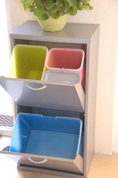 Uiterst praktische afvalbak met meerdere compartimenten. Bovenin een emmer van 18L voor het restafval en twee emmers van 9L voor GFT afval en glas of kranten. Speciaal voor het plastic, metaal en drinkpakken een grote emmer van 36 L. Wil jij liever een andere indeling? Dat kan.