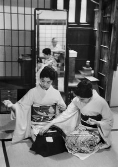 Women in traditional dress, Japan, 1958, photograph by Marc Riboud.