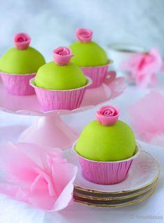 Klassisen kaunis prinsessakakku oli inspiraationa näille somille pikkuleivoksille. Juhlavasta ulkonäöstä huolimatta leivokset on helppo toteuttaa, sillä sisään kätkeytyy hillolla täytetty muffinssi. Vinkit: Raikkaat sitruunamuffinssit ovat hyviä sellaisinaankin. Täytä halutessasi hillolla tai sitruunatahnalla ja ripottele pinnalle tomusokeria. Marsipaanin sijaan leivokset voi kuorruttaa pursottamalla kermavaahdon tähtityllalla. Myös kaulintamassa käy kuorrutemassaksi, mikäli marsipaanin maku…