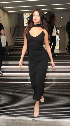 """September Selena Gomez before heading to the train station in London, UK "" Selena Gomez Fashion, Selena Gomez Outfits, Selena Gomez Dress, Selena Gomez Fotos, Selena Gomez Pictures, Selena Gomez Style, Designer Party Wear Dresses, Kurti Designs Party Wear, Indian Designer Outfits"