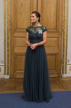 Victoria de Suecia. Acto: Cena del Parlamento, Estocolmo (Suecia).  Fecha: 22 de octubre de 2014.   'Look': La Princesa eligió un vestido verde vidrio drapeado y encaje en el escote. Completó su estilismo con unos largos pendientes de abalorios, de Óscar de la Renta, rindiendo así, un bonito homenaje al diseñador dominicano
