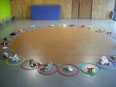 """clara 1. la maison de """"doudou"""" en salle de jeux, nous avons jouer à faire et retrouver la maison de son doudou ( objectif : réagir au signal, trouver sa place ...) et en classe, nous avons """" tourner autour de doudou"""" ( tracés circulaires continus sans..."""