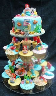 Dumont Cake: Little mermaid cake + cupcakes in tier