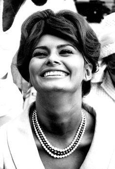 Sophia Loren pictures and photos Katharine Hepburn, Audrey Hepburn, Elizabeth Taylor, Classic Hollywood, Old Hollywood, Loren Sofia, Queen Sophia, Sophia Loren Images, Old Movie Stars