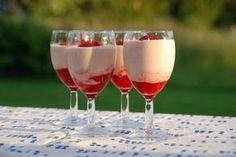 Sådan laver du den bedste jordbær mousse uden husblas. Jordbærmoussen er en fantastisk sommerdessert, som er utrolig nem at lave. Til jordbær mousse til fire personer skal du bruge: Jordbærkompot l…