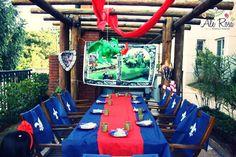 ¡Me encanta la piñata de dragón encima de la mesa! / Love the dragon piñata hanging above the table!