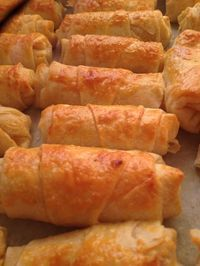 crispy pastry with potatoes, vinegar Ingredients: 6 yufka 1 cup oil . Delicious Cake Recipes, Yummy Cakes, Snack Recipes, Cooking Recipes, Yummy Food, Turkish Recipes, Turkish Snacks, Pizza Pastry, Breakfast Items