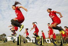 Algo impensável durante a época da proibição, a seleção brasileira feminina sub-17 realiza treino físico. Foto: Rafael Ribeiro - CBF