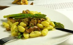 Gnocchi mit Buchenpilze und Spargel Gnocchi, Risotto, Vegetables, Ethnic Recipes, Food, Asparagus, Mushrooms, Essen, Vegetable Recipes