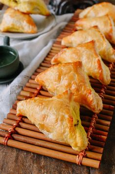 Chinese Curry Puffs with Beef. These beef curry puffs have a perfectly flaky crispness with a deliciously savory curry filling. Perfect snack or appetizer. Savory Pastry, Puff Pastry Recipes, Puff Pastry Samosa Recipe, Sausage Rolls Puff Pastry, Beef Samosa Recipe, Savoury Pies, Curry Recipes, Beef Recipes, Cooking Recipes