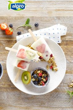 Looking for an out of the box breakfast idea? Breakfast popsicles are waiting for you. The only thing you need to do is to mix the granola, the fresh fruits and the Alpro Simply Plain together in a mould, freeze it. Breakfast ready in no time, easy! Meal of the day: breakfast - snack.  Ingredients: granola - honey - Alpro Simply Plain with coconut - kiwi - strawberries - blueberries.  Suited for: lactose-free - vegetarian.