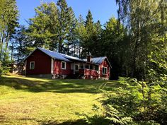 Das Ferienhaus in Schweden direkt am See Style At Home, Haus Am See, Sweden, Cabin, House Styles, Travelling, Home Decor, Beautiful Places, Vacations