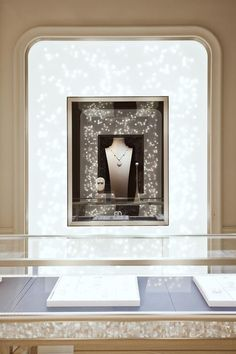 Having engaged Jaime Hayon to design boutiques in New Delhi and New York, Nirav Modi – the jewellery house established by the eponymous diamantaire – has commissioned the French luxury interior design specialist Atelier Marika Chaumet to create a decid. Jewelry Store Displays, Jewellery Shop Design, Jewellery Showroom, Jewellery Display, Jewelry Stores, Diy Jewellery, Jewellery Storage, Showroom Interior Design, Boutique Interior