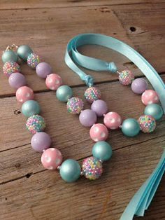 Pastel Chunky Necklace Girls Bubblegum Necklace a sweet jewelry craft for Easter big girls might like too Toddler Jewelry, Toddler Necklace, Kids Necklace, Baby Jewelry, Ribbon Necklace, Kids Jewelry, Girls Necklaces, Jewelry Crafts, Beaded Jewelry