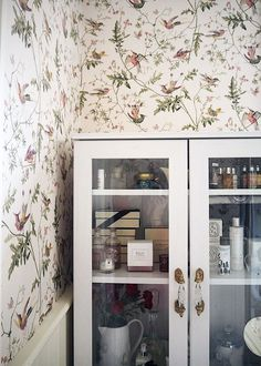 Le papier peint Hummingbirds de Cole and Son. The Cole and Son wallpaper Hummingbirds. Home Wall Decor, Bathroom Wallpaper Cole And Son, Interior, Bathroom Wallpaper, Vintage Bathroom, Bathroom Makeover, House Of Hackney Wallpaper, Interior Wallpaper, Cole And Son Wallpaper