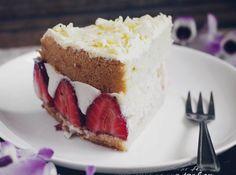 Fraisier Cake  Sponge Cake Strawberries Crème Pâtissière Strawberry Cream and finish with white chocolate.  _______  Torta Fraisier  Massa Morangos Creme de Confeiteiro Creme de Morango e raspas de chocolate branco.  _______  #fraisier #cake #pie #strawberry #crèmepâtissière #cream #whitechocolate #spongecake #torta #morango #chocolate #chocolatebranco #cremepatissiere #foodphotography #dessert ##sobremesa #vscocam #vsco #lightroom