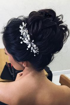 Beautiful half up half down wedding hairstyle idea #weddinghair #hairstyle #updo #halfuphalfdown #hairupdoideas #hairideas #bridalhair #messyupdohair #weddinghairstyles #hairstyles #hairsideas