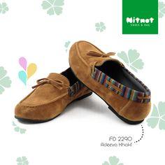 Flatshoes cantik dengan bahan suede kombinasi lurik. Sol karet anti selip.