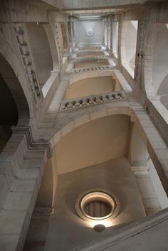 Au détour d'une traboule, nous avons découvert le plus bel ancien escalier de Lyon : l'escalier des feuillants. Construit par l'architecte Claude Perret vers 1650, cet escalier monumental fait plus de 22 mètres de haut. Une autre traboule très célèbre traverse la cour des voraces.