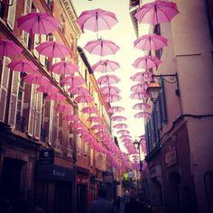 A Albi, plus de 600 parapluies roses embellissent les rues du centre-ville! Lutte du cancer du sein
