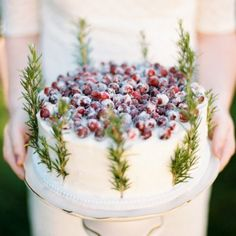 Jaw-droppingly gorgeous rustic cakes for a winter wedding. (Pic via Style Me Pretty)