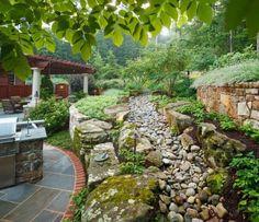 aménager-jardin-pente-murs-soutènement-pierre-naturelle