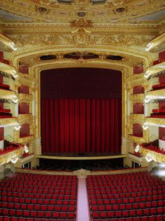 """Gran Teatre del Liceu, Barcelona. Lugar de trabajo de Daniel. Lleva poco en España. Se fue de Francia porque estaba harto de que lo tratasen como a un """"niño mimado"""". A él solo le ha importado la música (hasta que conoce a Alba)"""