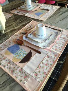 Jogo americano, porcelana pintada a mão....que mesa linda! Contato. (32)988982212