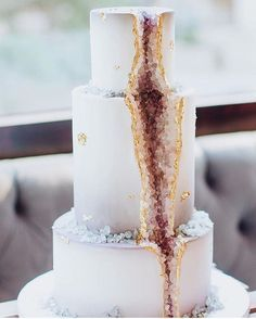 A geode cake perfect for a fall or winter wedding / /vanillabakeshop/