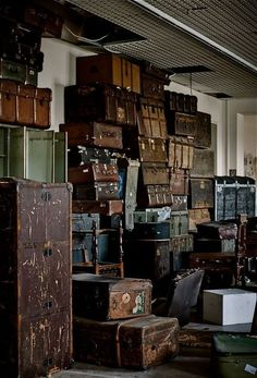 This is what my house would look like if I put all of my old trunks and vintage suitcases together! Old Trunks, Vintage Trunks, Trunks And Chests, Antique Trunks, Vintage Suitcases, Vintage Luggage, Vintage Travel, Steamer Trunk, Vintage Leather