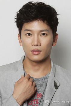 http://www.cutehotguys.com/Korean-Men/Handsome+South+Korean+actor+Ji+Sung/?g2_page=3
